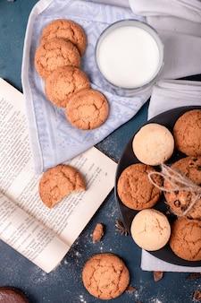Kopje melk en boek met koekjes