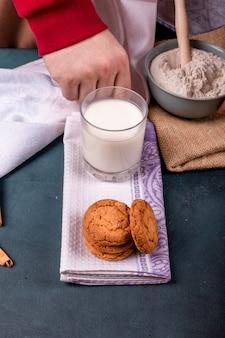 Kopje melk met kaneel koekjes en bloem