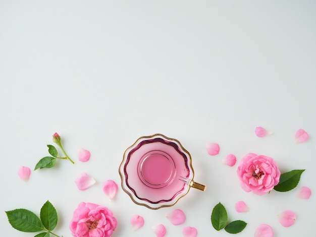 Kopje met olie gewonnen uit rozen