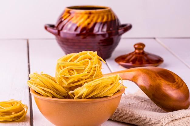 Kopje spaghetti en een houten lepel