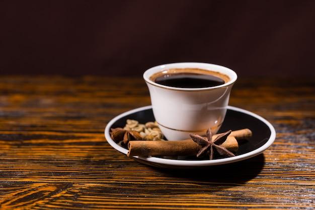Kopje sterke donkere koffie met een verscheidenheid aan kruiden