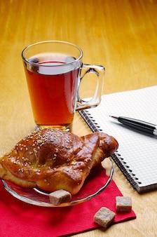 Kopje thee, croissantje en notitieblok