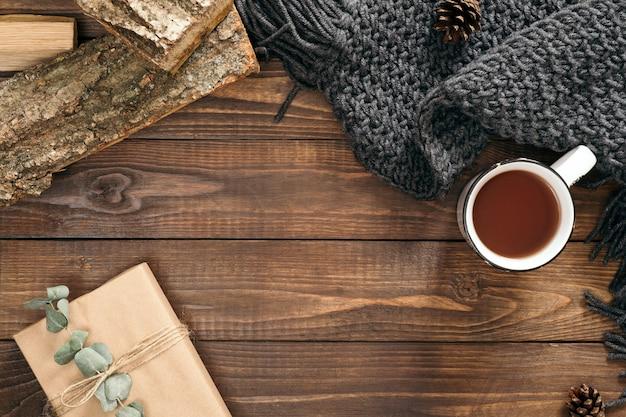 Kopje thee, damesmode sjaal, geschenkdoos, brandhout