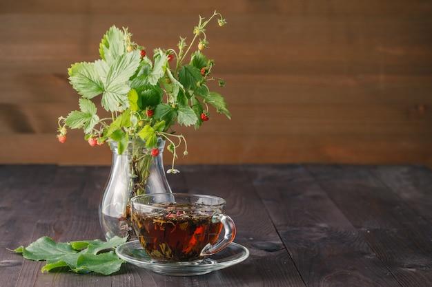 Kopje thee en aardbeien bouquette