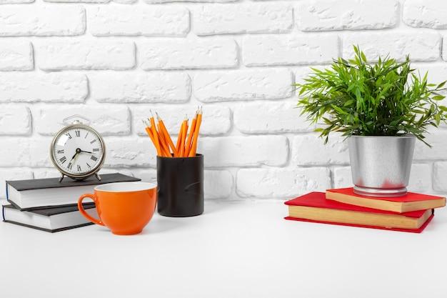 Kopje thee en boeken op tafel