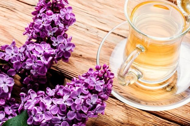 Kopje thee en lila bloemen