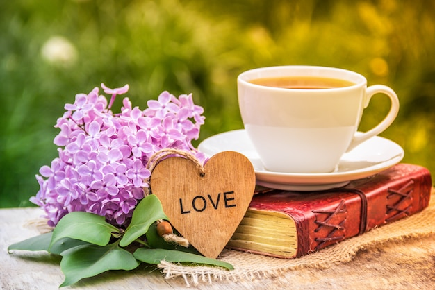 Kopje thee, hart en lila, romantisch concept