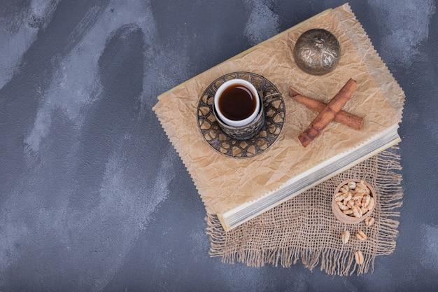 Kopje thee, kaneel op donker.