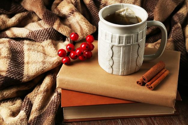 Kopje thee met boek op tafel close-up