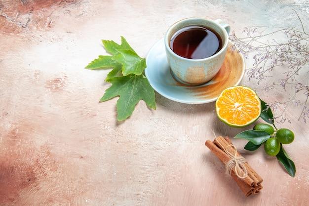Kopje thee met cinnamonnd-citroen op licht