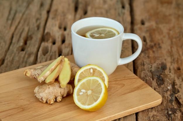 Kopje thee met citroen en gember