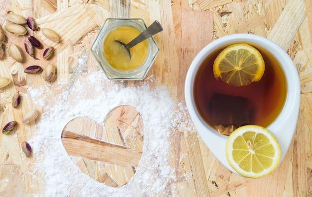 Kopje thee met hartvorm