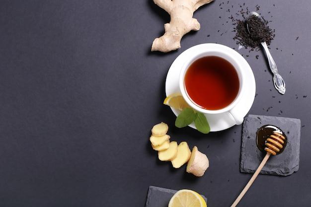 Kopje thee met ingrediënten
