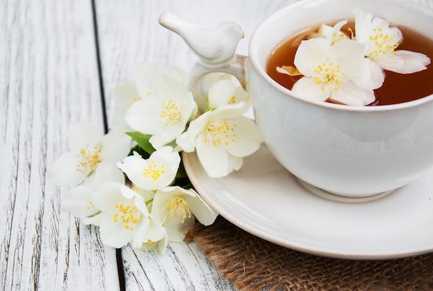 Kopje thee met jasmijnbloemen