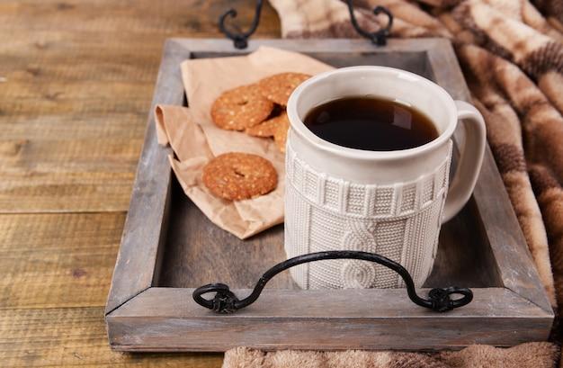 Kopje thee met koekjes op tafel close-up