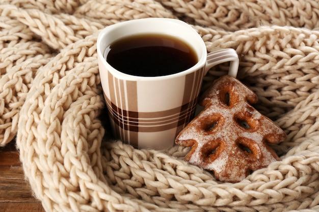 Kopje thee met koekjes op tafel