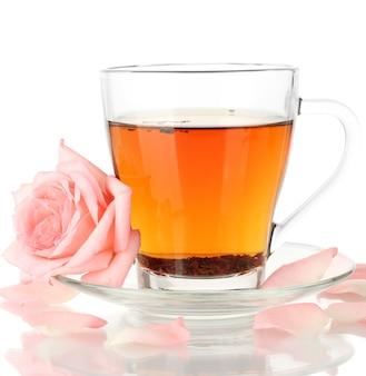 Kopje thee met roos geïsoleerd op wit