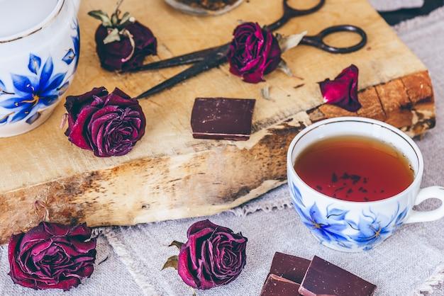 Kopje thee. met rozenknoppen.