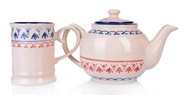 Kopje thee met theepot op wit wordt geïsoleerd