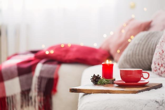 Kopje thee met thuis brandende kaarsen