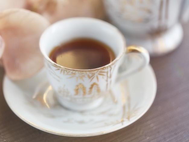 Kopje thee of koffie en orchideebloemen