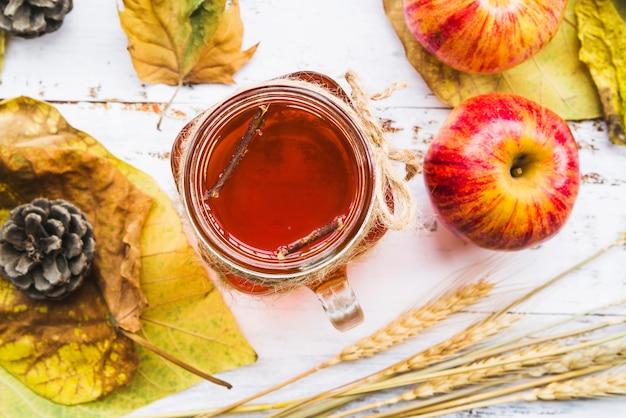 Kopje thee tussen bladeren en tarwe