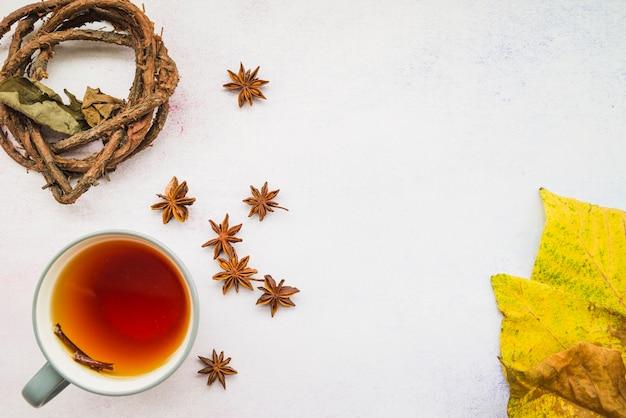 Kopje thee tussen bloemen en bladeren