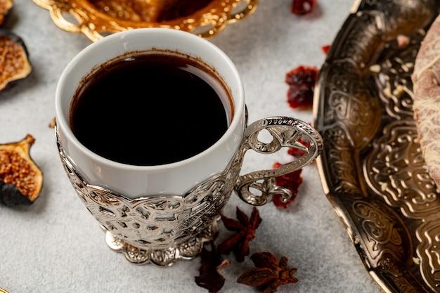 Kopje turkse koffie en droog fruit op tafel