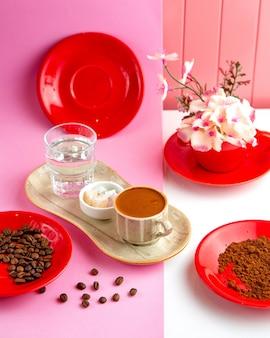 Kopje turkse koffie met een glas water en turks fruit