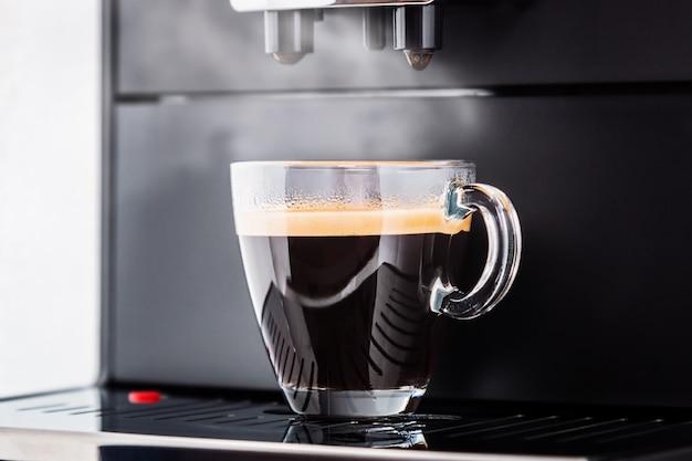 Kopje vers gezette koffie uit de koffiemachine