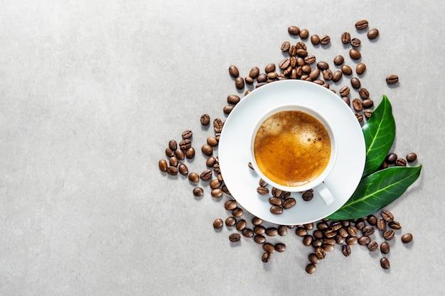 Kopje verse gemaakte koffie geserveerd in de beker