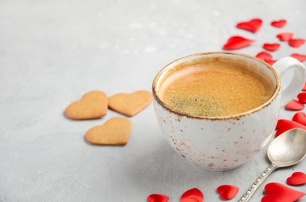 Kopje verse koffie in de ochtend op een grijze concrete achtergrond. valentijnsdag concept.