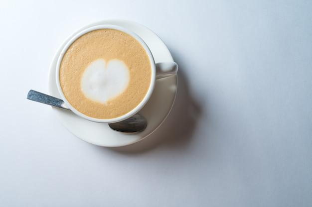 Kopje verse koffie met hart vorm