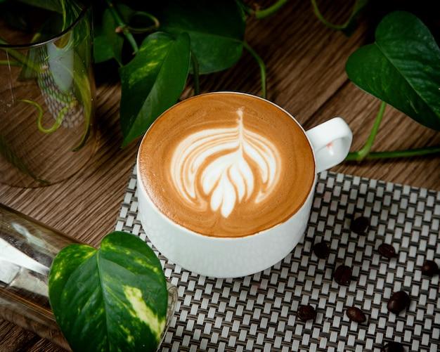Kopje warme cappuccino met kaneel op tafel