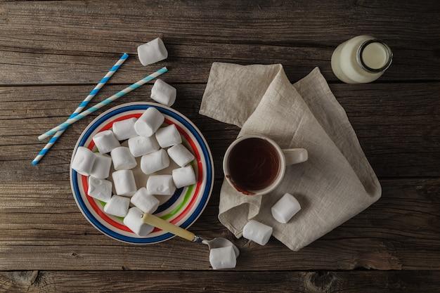Kopje warme chocolademelk met marshmallows op de houten tafel, bovenaanzicht
