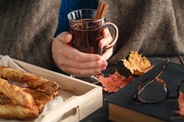 Kopje warme glühwein in vrouwelijke hand