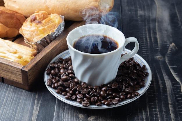 Kopje warme koffie en geroosterde koffiebonen