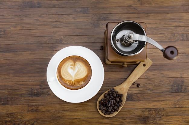 Kopje warme koffie en koffiemolen