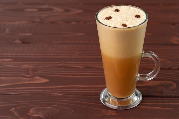 Kopje warme koffie latte op tafel close-up