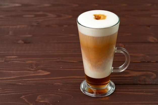 Kopje warme koffie latte op tafel