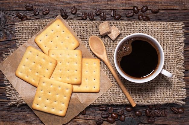 Kopje warme koffie met koekjes op rustieke houten tafelblad weergave