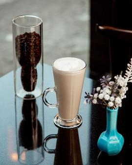 Kopje warme latte met schuim