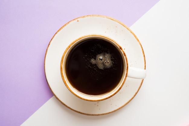 Kopje zwarte koffie voor een pauze, bovenaanzicht, trendy kleur