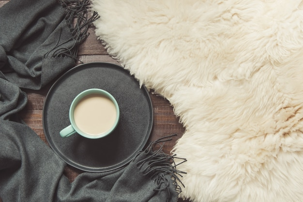 Kopje zwarte koffie, warme sjaal op bont. vallen.