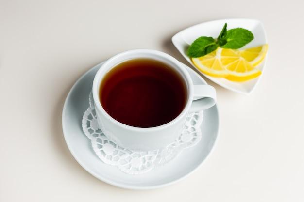 Kopje zwarte thee op een schotel