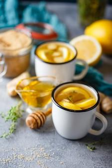 Kopjes gemberthee met honing en citroen