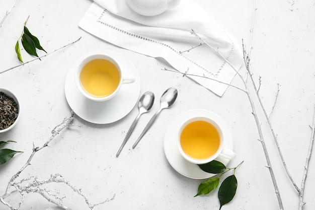 Kopjes groene thee op tafel