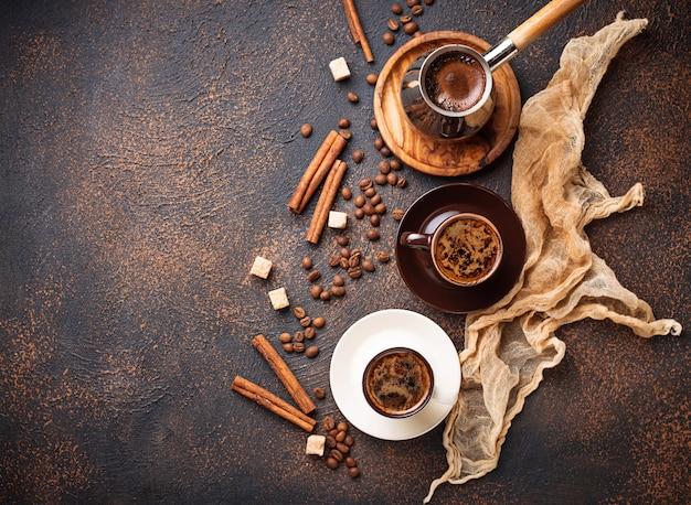 Kopjes koffie, bonen, suiker en kaneel