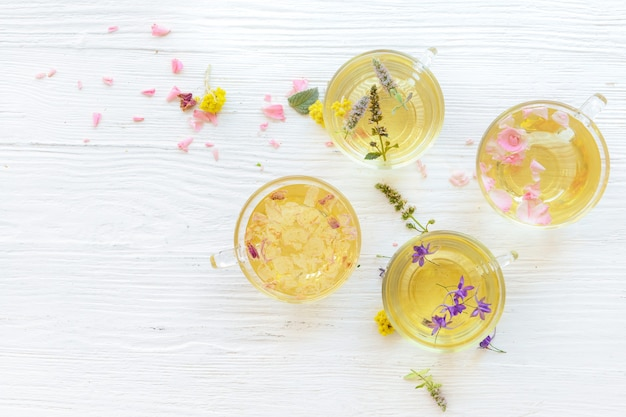 Kopjes met bloemen thee witte tafel