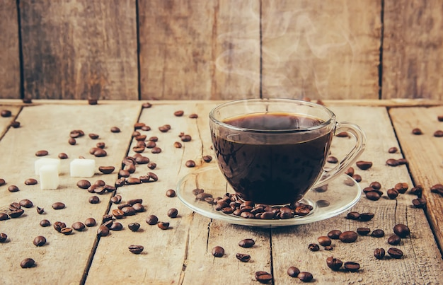 Kopjes met een kopje koffie. selectieve aandacht. drinken.